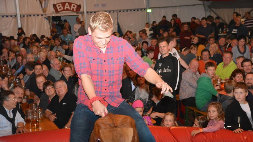 ...beim Bullriding auf dem Rücken eines elektrischen Rindviehs zu halten.