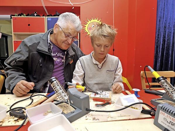 Im Fürther Rundfunkmuseum lötete der elfjährige Tom neben seinem Großvater Ladi Sadurski an einer Lichtschaltung.