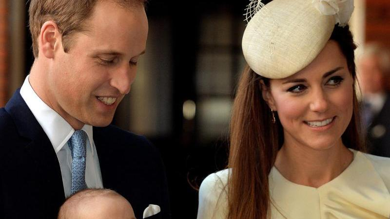 Prinz George wird mit drei Monaten am 23. Oktober 2013 in der Chapel Royal in London getauft.