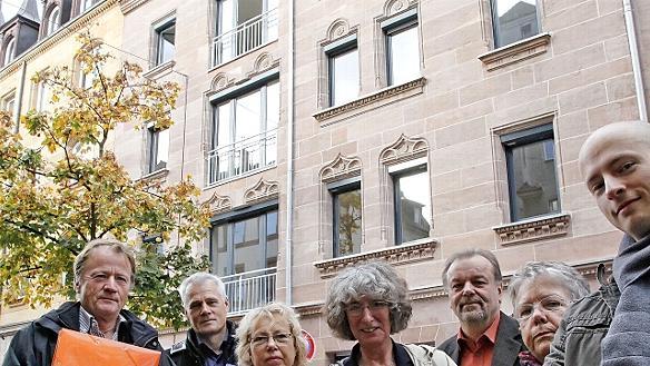 """Die Aktivisten der """"Initiative Stadtbild Nürnberg"""" vor der sanierten Front des Gründerzeithauses Adamstraße 41."""