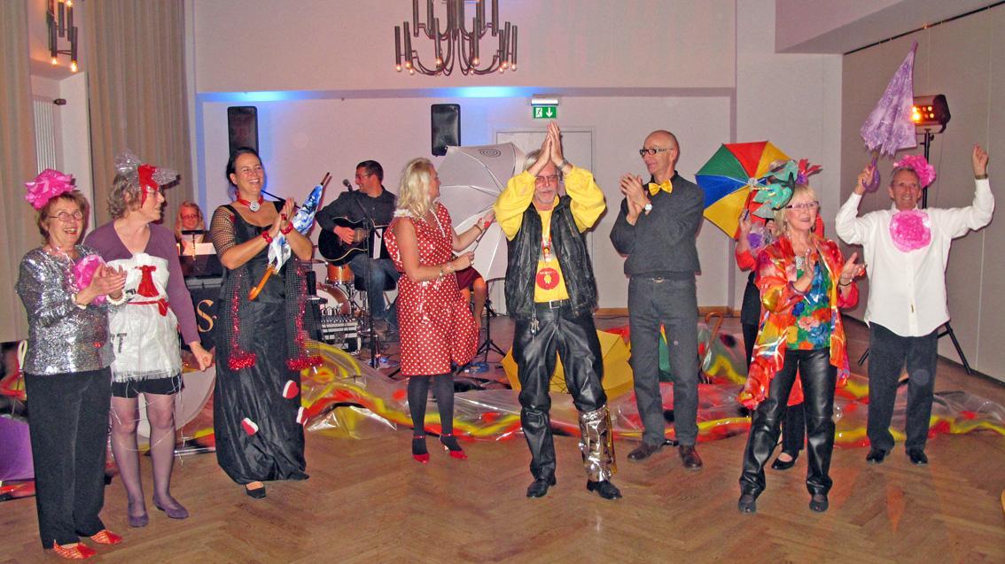 """Applaus für die moderne Kunst: Unter einem """"spiralig"""" bemalten Folien-Wurm zogen die Vereinsmitglieder mit ihrer Vorsitzenden Renate Gehrcke (Zweite von rechts) und Stellvertreterin Susanne Gebhardt (Dritte von links) in den Ballsaal ein."""