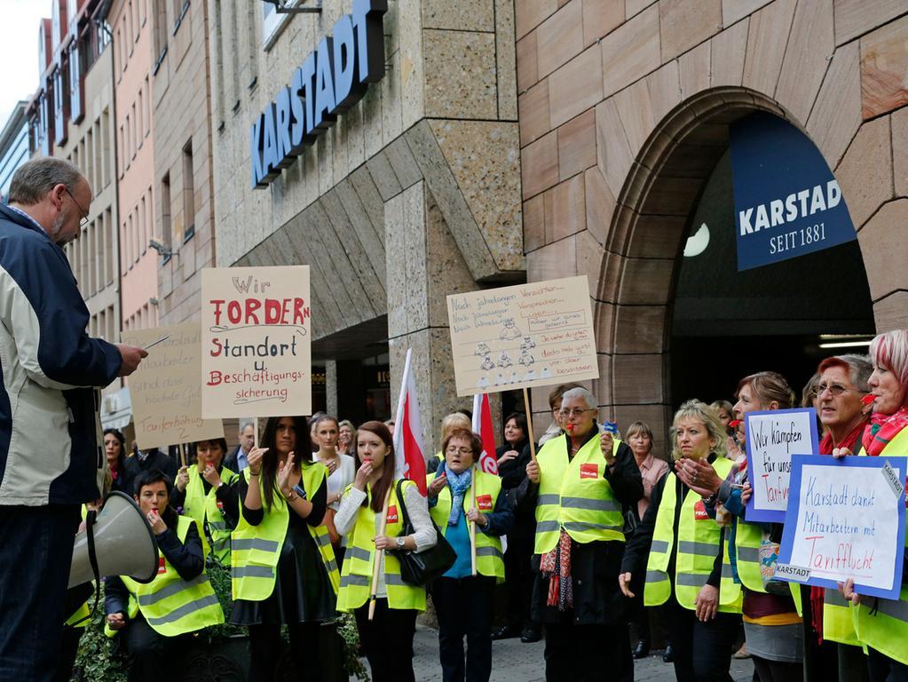 Ressort: Lokal..Datum: 28.10.13..Foto: Edgar Pfrogner..Motiv: Protestkundgebung  bei Karstadt Nürnberg, Mitarbeiter protestieren wegen Tarifflucht