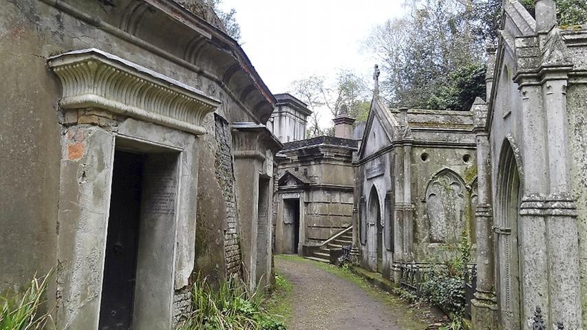 Hier ruhen unter anderem Karl Marx und George Michael. Der Friedhof ist auf gigantische Art und Weise gespenstisch und je nach Jahreszeit auch absolut zauberhaft. Rund 170.000 Menschen liegen hier begraben.