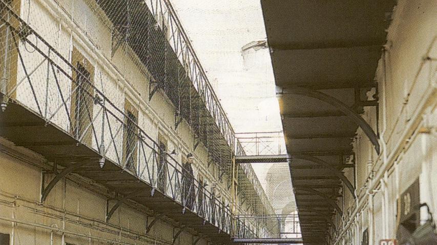 Im Ostflügel des Nürnberger Gefängnisses waren die Hauptkriegsverbrecher während des Prozesses untergebracht - einzeln von Soldaten bewacht. Das Bild stammt aus dem Band: