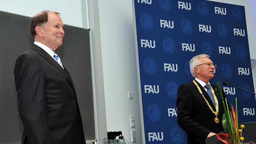 Der offizielle Teil der Veranstaltung wurde freilich unbeirrt durchgezogen. Hier verleiht FAU-Präsident Prof. Dr. Karl-Dieter Grüske Gunther Oschmann die Ehrensenatorwürde, die höchste Auszeichnung der Universität.