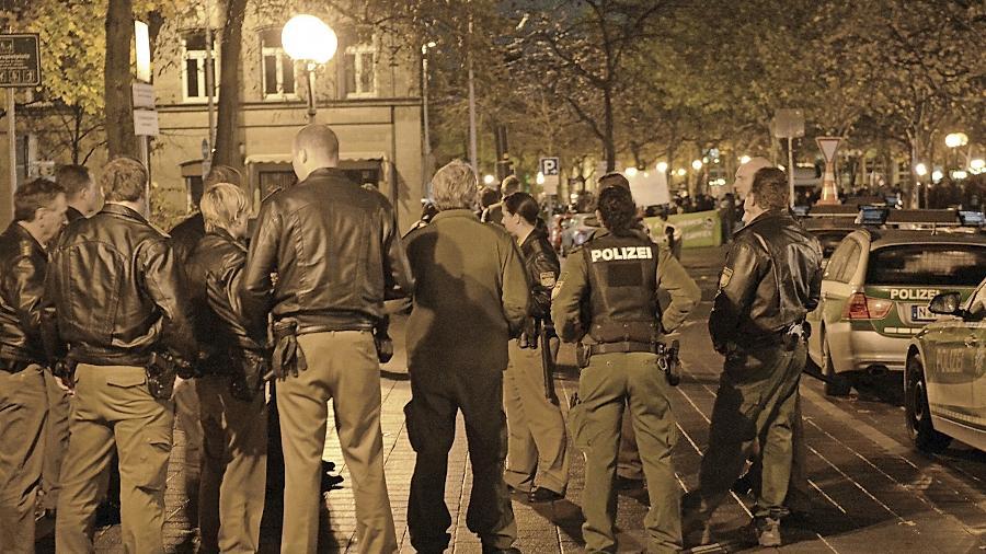 """""""Die Rolle der Polizei wird falsch verstanden"""": Dutzende Beamte — hier eine Gruppe an der Adenaueranlage — waren am Samstagabend bei der Neonazi-Demo im Einsatz."""