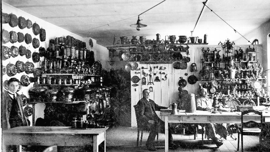 Alles für den Krieg: Das Bild zeigt städtische Beamte mit Metallgegenständen wie Backformen, die 1915 von den Fürthern für die Produktion von Rüstungsgütern abgegeben worden waren.