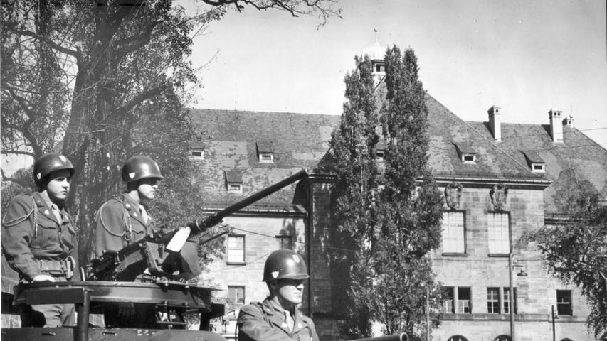 Die Nürnberger Prozesse wurden scharf bewacht. Hier: Amerikanische Wachmannschaften vor dem Justizgebäude.