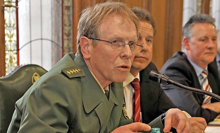 Fürths Polizeichef Peter Messing, hier Anfang 2012 während einer Debatte im Fürther Stadtrat, wurde am Samstag verletzt.
