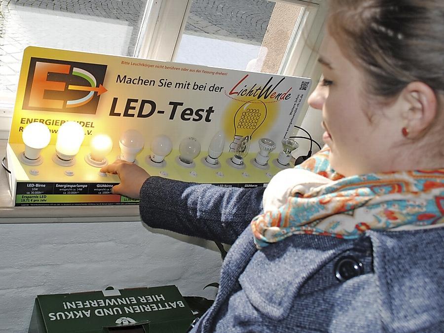 An einer Demo-Einheit im Schwabacher Bürgerbüro können Bürger selbst die Leistung von LED-, Energiespar- und Glühlampen testen und vergleichen.
