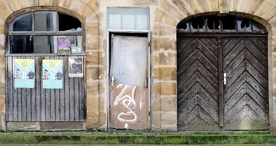 Die Spuren des Verfalls sind unübersehbar geworden. Das einst schmucke Portal des Baudenkmals am Rand des Grünen Marktes ist längst keine Zierde mehr.