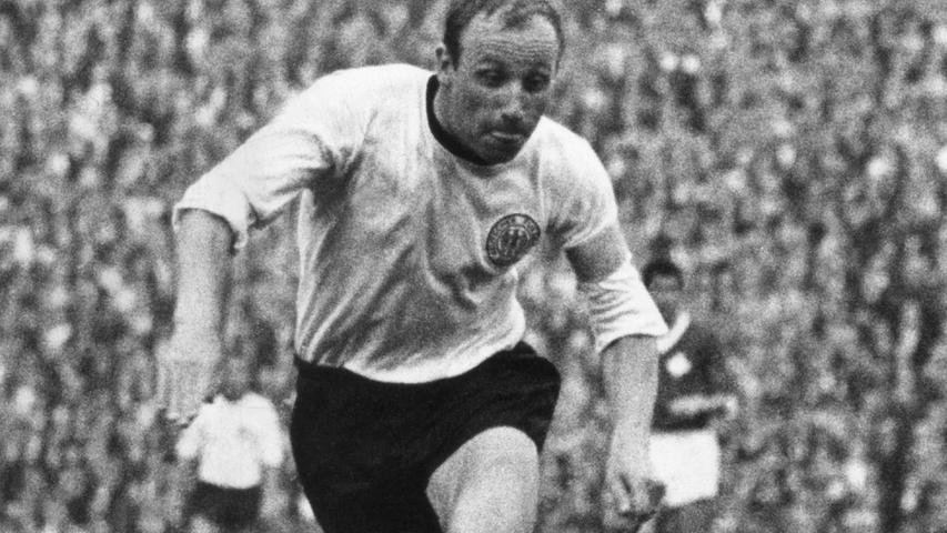 An der grundlegenden Farbkombination änderte sich in den 1960er Jahren nichts. Es blieb beim weißen Dress in Kombination mit schwarzen Hosen. Nur der Schnürkragen musste einem normalen Kragen weichen. So erlebten Deutschlands beste Fußballer um Uwe Seeler beispielsweise bei der WM 1966 in England das berühmte Wembley-Tor.