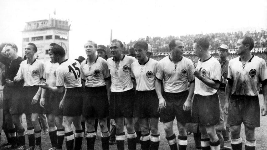 Weißes Trikot, schwarze Hose und Stutzen: Mit einem markanten Schnürkragen sorgten Helmut Rahn, Fritz Walter und Co. für eine große Überraschung bei der Weltmeisterschaft 1954 in der Schweiz. Durch einen 3:2-Sieg im Endspiel gegen Ungarn wurde Deutschland zum ersten Mal Weltmeister. Das Wunder von Bern war geboren.