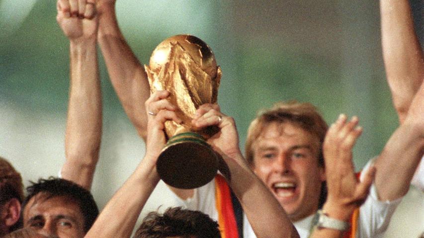 Ursprung des neuen Designs? In den 90ern wurde es bunt bei Deutschlands besten Fußballern. Beim Turnier 1990 in Italien zierte eine Art Ring in