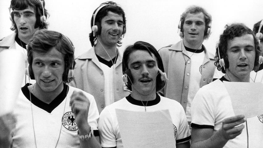 Die 70er hatten modisch gesehen nicht viel Neues zu bieten bei der Nationalmannschaft.Schwarz und Weiß dominierte weiter, nur die Kragenformen änderten sich über die Jahre. Mit schnittigem V-Ausschnitt etwa schoss der