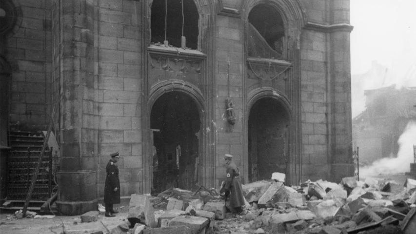 Insgesamt gab es vier Synagogen in Fürth, die Hauptsynagoge galt als eine der wichtigen Talmudhochschulen im deutschen Raum. In der Pogromnacht brannten die Nazis sie nieder.