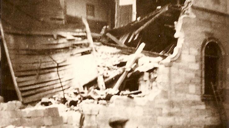 Vor der zerstörten Synagoge steht noch der Leiterwagen, auf den die verhafteten Juden den Schutt aufladen mussten. Heute befindet sich an dieser Stelle ein Parkplatz. Seit 1992 erinnert eine Gedenkstele an das Pogrom.