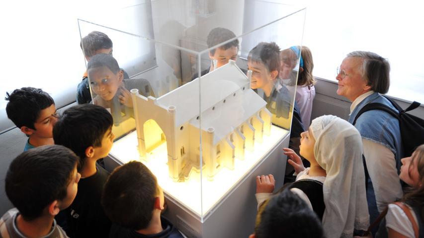 In Fürth lebte seit dem Mittelalter eine der größten jüdischen Gemeinden Süddeutschlands. Die Stadt war ein Zentrum des jüdisch-geistigen Lebens. Heute erinnert nur noch ein Modell im jüdischen Museum an die in der Pogromnacht zerstörte große Fürther Synagoge.