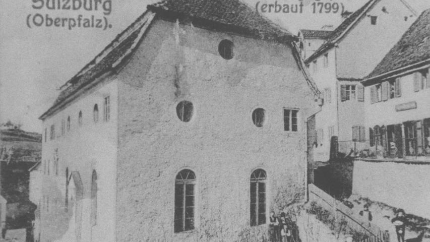 Diese historische Postkarte zeigt eine Ansicht der Synagoge von Sulzbürg. In dem Ort waren seit dem Mittelalter Juden ansässig, Mitte des 19. Jahrhunderts stellten sie ein Drittel der Bevölkerung.