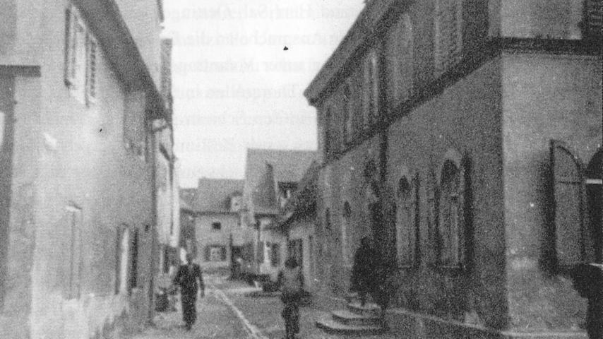 In Neumarkt befand sich die Synagoge seit 1864  in der Hallertorstraße. 1928 wurde das Gebäude umfassend saniert. In der Pogromnacht 1938 drangen SA-Männer in das Gebäude ein, zerschlugen die Fenster  und zerstörten gemeinsam mit zahlreichen Stadtbewohnern das Inventar sowie die Ritualien. Die Stadt beschlagnahmte das Gebäude.