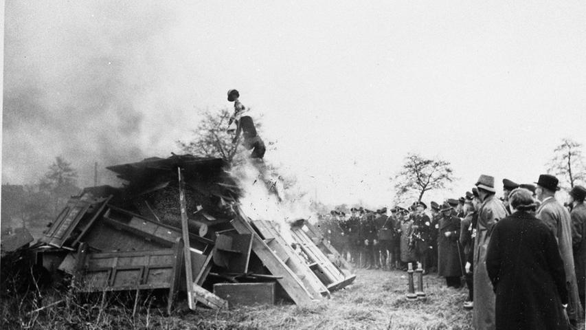 Das Innere der Hofer Synagogen wurde geplündert, das Mobiliar zu Haufen zusammengetragen und vor aller Augen auf einem Sportplatz verbrannt.