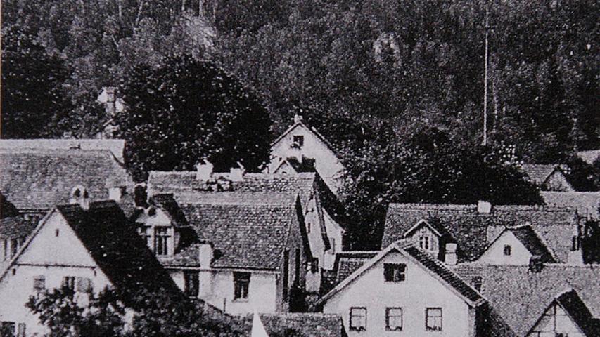 Mitten in Aufseß befand sich die Synagoge, auf die der Pfeil in dieser historischen Ansicht hinweist. 1938 hatte die jüdische Gemeinde noch fünf Mitglieder. Deshalb verkaufte sie es im September an die Gemeinde, die es weiterveräußerte. Nach der Pogromnacht forderte der neue Besitzer den Kaufpreis zurück  - und erhielt das Geld.  Die Synagoge wurde 1939 abgebrochen.