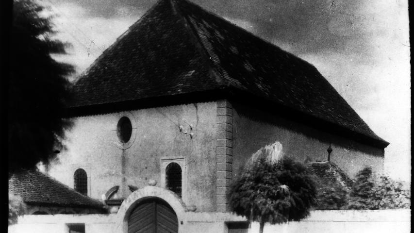 Auch in den kleinen Städten und den Dörfern wüteten die Nazi-Schergen: Etwa in Baiersdorf. Die dortige Synagoge war 1711 eingeweiht worden. In der Pogromnacht erlitt sie so schwere Schäden, dass das Gebäude wenig später abgerissen wurde. Heute steht an dieser Stelle die Sparkasse.