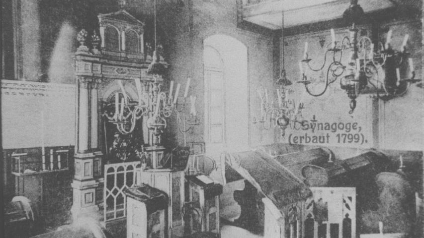 Die Inneneinrichtung der Synagoge von Sulzbürg wurde 1938 vollkommmen vernichtet, die Ritualien zerstört.