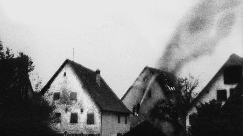 In den frühen Morgenstunden des 10. November 1938 schreckten die Hüttenbacher aus dem Schlaf. Eine Gruppe auswärtiger SA-Männer unter Führung des NSDAP-Kreisleiters hatte die Synagoge angezündet. Einige Zeit später wurde die Ruine abgerissen. An dem Nachfolgegebäude  befindet sich seit 1995 eine Gedenktafel.