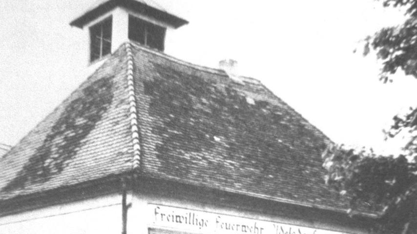 In Adelsdorf  wütete ein SA-Trupp aus Forchheim, er verbrannte Torarollen und das gesamte Inventar der Synagoge auf dem Markplatz. Auch dieses  Gebäude wurde zur Feuerwache umfunktioniert.