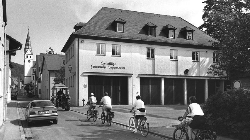 Die Synagoge in Pappenheim wurde bereits seit Beginn der 1930er Jahre nicht mehr genutzt. Seit 1937 befand sich das Gebäude im Besitz der Gemeinde. Trotzdem räumte eine Gruppe Jugendlicher das Inventar aus und zündete es auf der Straße an. 1954 wurde das Gebäude zur Feuerwache umgebaut.