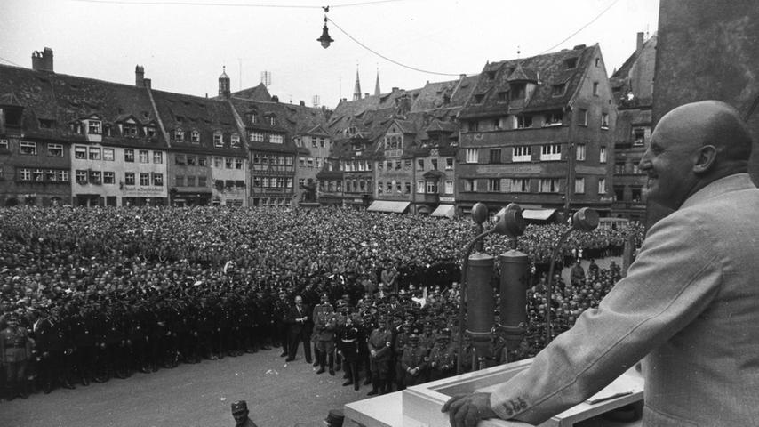 In Nürnberg, der Stadt der Reichsparteitage, waren die Nazis der Zeit voraus: Mit dem Abriss der Hauptsynagoge am Hans-Sachs-Platz wurde bereits am 10. August 1938, also genau drei Monate vor der Pogromnacht, begonnen. Bis zum Beginn des Parteitages am 5. September sollte, so die Vorgabe des Judenhassers und NSDAP-Gauleiters Julius Streicher, kein Stein des Gotteshauses mehr zu sehen sein. Den Auftakt der Abbrucharbeiten verfolgten mehrere Tausend Nazi-Anhänger.