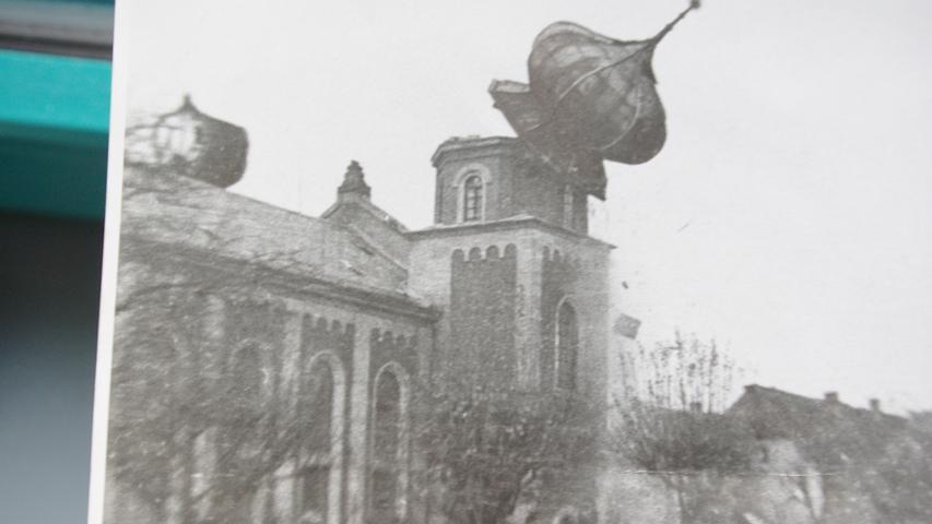 """Gunzenhausen wurde von den Nationalsozialisten als eine Hochburg des Antisemitismus gefeiert. Bereits in den 1920er Jahren warfen Judenhasser immer wieder die Fensterscheiden des Gotteshauses ein. Der 25. März 1934 ging  als """"Blutpalmsonntag"""" in die Ortsgeschichte ein: SA-Leute trieben die jüdischen Bürger unter Schlägen und Tritten zusammen, zwei Männer kamen unter ungeklärten Umständen ums Leben. In der Pogromnacht 1938 vollendeten sie ihr schändliches Werk."""