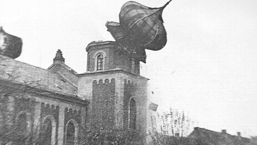 Auch außerhalb der Großstädte fielen die Gebetsstätten der Juden den Folgen der Pogromnacht zum Opfer. In Gunzenhausen stürzten SA-Männer wenige Tage nach dem 9. November die Zwiebeltürme von der Synagoge.