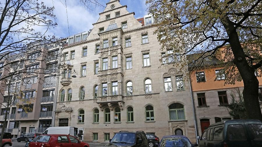 Mit einem Aufwand von über einer halben Million Euro wurde das 113 Jahre alte Baudenkmal Hornschuchstraße 13 herausgeputzt. Lediglich die blechverkleideten Dachgauben sind gewöhnungsbedürftig.