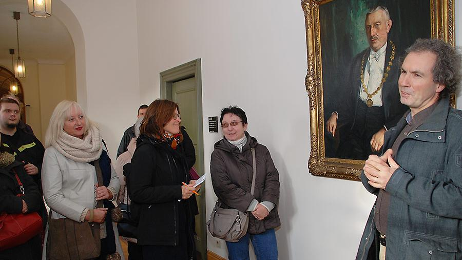 Der Rundgang mit dem Stadtheimatpfleger Alexander Mayer führte auch ins Rathaus: zum Gemälde von Robert Wild, dem letzten Fürther OB vor der Nazizeit.