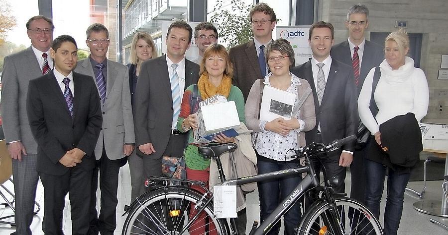 Im Foyer des Landratsamts freuen sich die Siegerinnen Elfriede Lutz und Claudia Karl (vorne v.li.) und Sieger Wolfgang Schaffrien (hinten 4.v.li.) mit den Veranstaltern über die Auszeichnung.