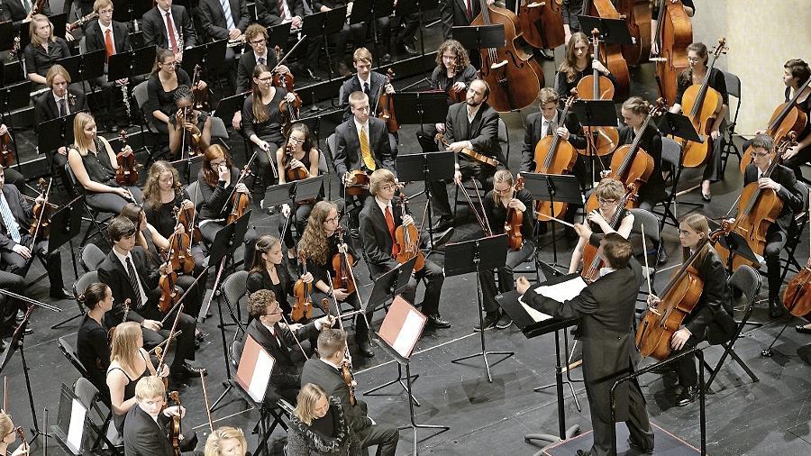 Unter Bernd Müller spielt das Fürther Symphonieorchester seine Stärken aus: Homogen, diszipliniert und effektvoll glänzt der voluminöse Klangkörper auf der Bühne des Stadttheaters.