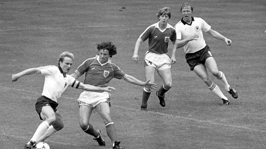Dezente Veränderungen am Trikot der Nationalmannschaft gab es dann immerhin in den 80ern. Blieben die Ärmel bis dahin weiß, wurden sie nun von schwarzen Längsstreifen geziert. Wenig Ruhm erlangte dieses Trikotdesign etwa bei der Weltmeisterschaft 1982 in der Partie Deutschland gegen Österreich - besser bekannt als die