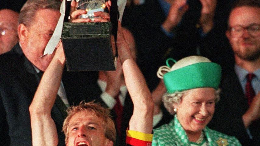 Kein WM-Trikot, aber ein Titel-Trikot trägt hier Jürgen Klinsmann. 1996 war es, als Oliver Bierhoff (nicht im Bild) mit dem ersten