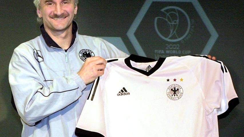 Für die WM 2002 wurde es dann wieder schlicht und klassisch. Der damalige Teamchef Rudi Völler präsentiert das in Graphit und Weiß gehaltene Trikot. Am Ende landete Deutschland auf Rang zwei, weil Brasilien im Finale einen Tick stärker war.