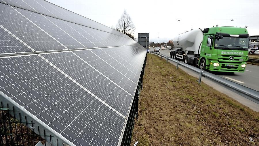 """Schon ein Auslaufmodell: Der Solarwall an der Würzburger Straße wurde 2009 von der Stiftung """"Sonne für Fürth"""" errichtet. Viele Nachahmer wird das Projekt in den nächsten Jahren wohl nicht finden."""
