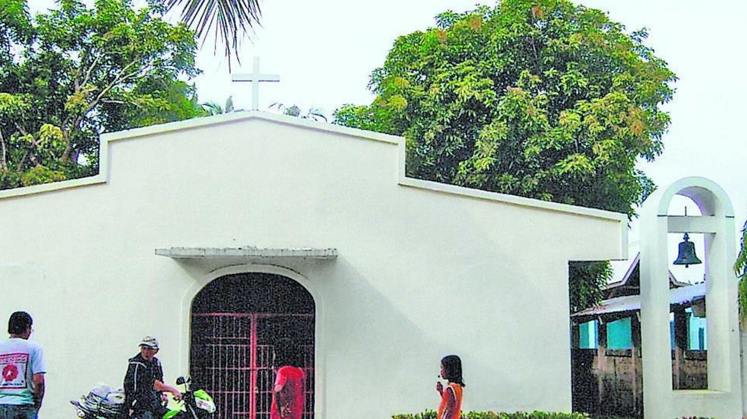 So sah die Kirche in Mambuquiao vor dem Taifun aus. Das Gebäude steht noch, das Dach ist allerdings teilweise abgedeckt. Rechts ist die alte Glocke aus dem Liebfrauenhaus zu sehen. Ob sie noch hängt, ist unklar.