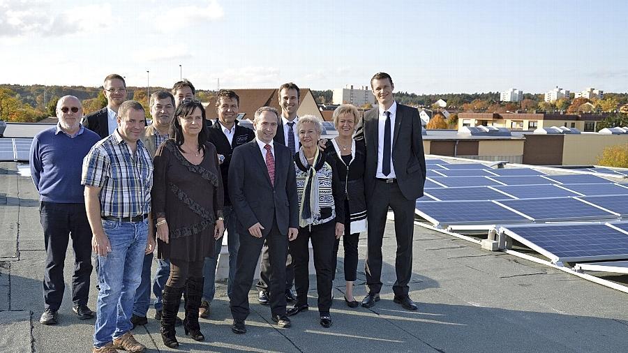 Manfred Kraußer (Geschäftsführer Befega), Tim Hansing (Geschäftsführer Befega), Klaus Krauß (Geschäftsführer Plexi Profi), Sonja von Böselager (Plexi Profi), Georg Daiminger (SDPV Montage Bau), Christian Mayer, Thomas Kaiser (beide Stadtwerke Schwabach), Dr. Clemens Bloß (infra new energy GmbH), Wirtschaftsreferent Sascha Spahic, Elisabeth Junge, Gisela Junge-Mayer (Geschäftsführerin GEJU GmbH) und Oberbürgermeister Matthias Thürauf (von links) zeigten sich beeindruckt von der Größe der neuen PV-Dachanlage.