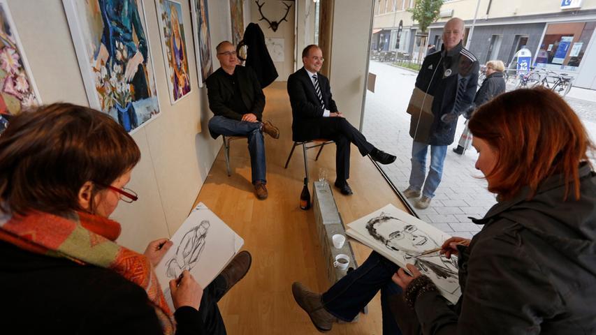 Der Oberbürgermeisterkandidat der CSU, Sebastian Brehm, und SPD-Stadtrat Gerhard Groh setzten sich für die Aktion in eines der Schaufenster - gut sichtbar für den potentiellen Wähler.
