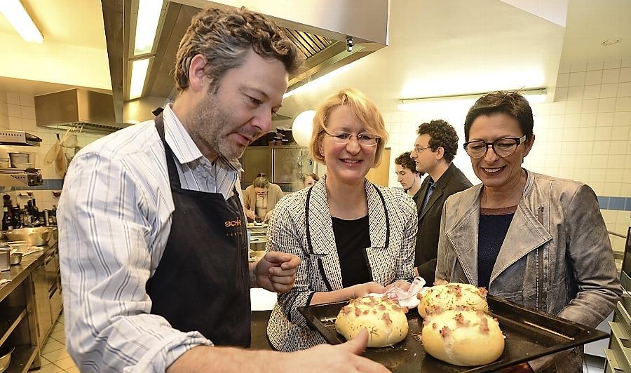 Koch Tommy Schäfer, Museumspädagogin Ruth Kollinger (Mitte) und Maria Ludwig vom Förderverein des Stadtmuseums freuen sich schon auf die deftigen Speckkuchen nach historischem Rezept.