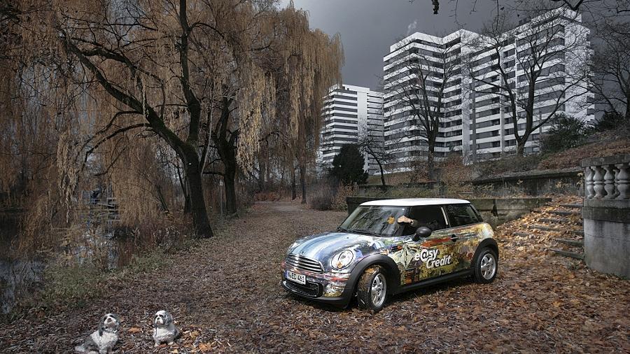 Nanu, ein Auto in der Tullnau? Das kann nur Kunst sein. Thomas Beyerlein und Johannes Blümel haben den von Gerhard Mayer gestalteten Wagen kreativ in Szene gesetzt.