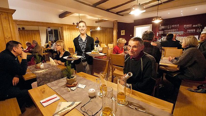 Blick in die neue, helle Gaststube. Christina Daniel besorgt den Service. Am Tisch rechts Besitzer Herbert Sauer.