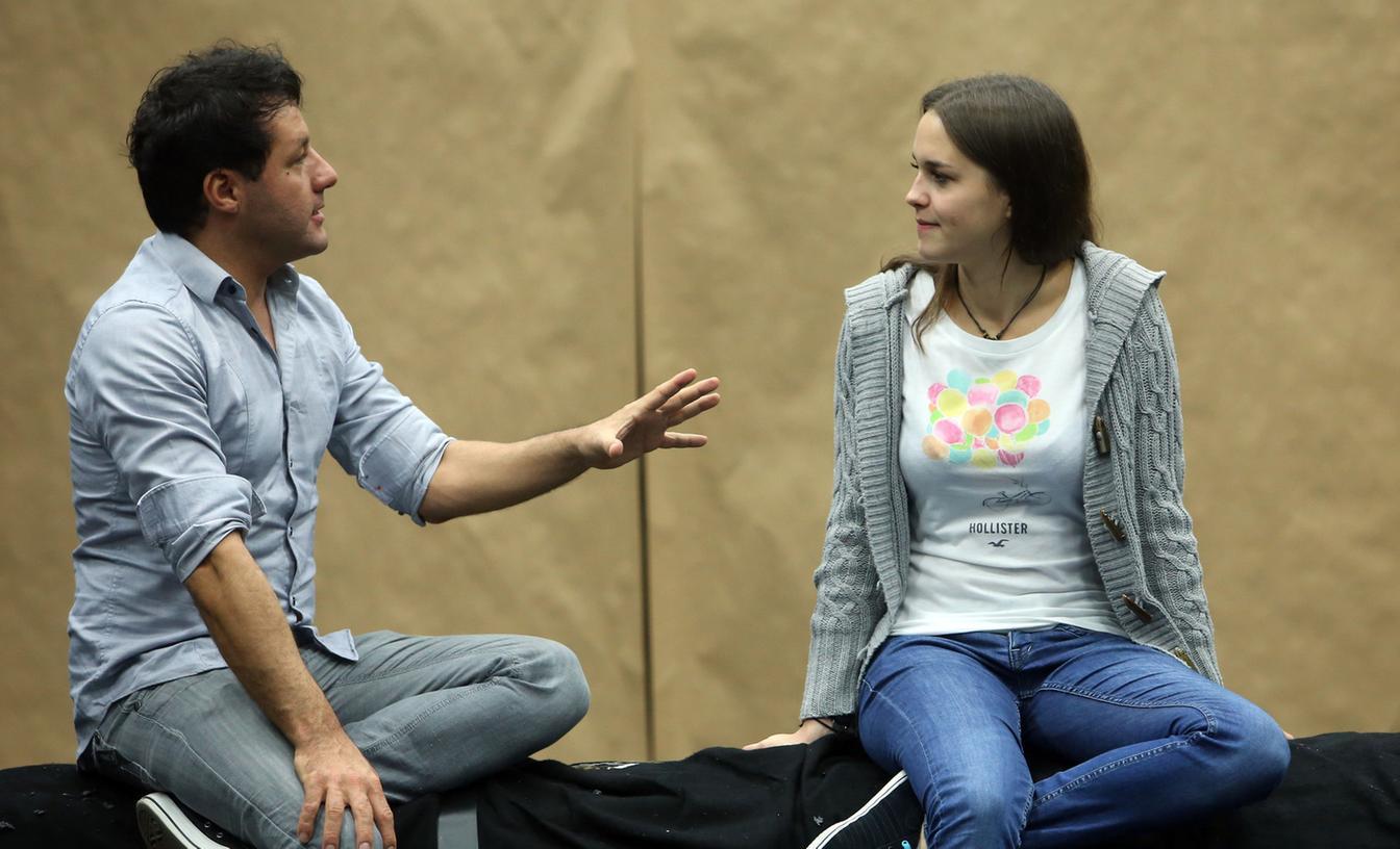 Noch ist alles ganz entspannt: Schauspieler Marco Steeger gibt Teresa Tipps, auf was es ankommt.