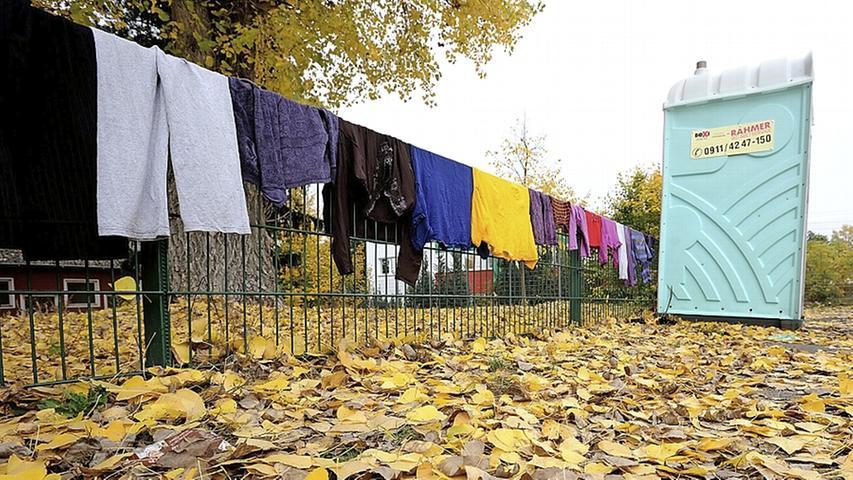 Bei den Asylbewerberleistungen erhält ein alleinstehender Erwachsener 370 Euro im Monat für seinen Lebensunterhalt. Die Leistungen richten sich nach dem Sozialgesetzbuch. Hier gibt es sechs Abstufungen je nach Familienstand.